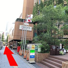 次の信号、右手に丸ビルが見えますのでそのまま直進