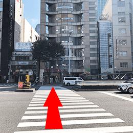 向かいに「ダイコクドラッグ」さんが見える大きな交差点がありますので信号を渡ってください