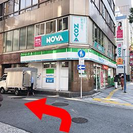 左手に「ファミリーマート」さんがあるのでその手前を左折し、すぐ左手に当店北新地店があります