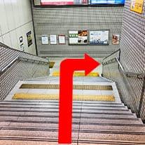 階段を下りて右手に曲がります。